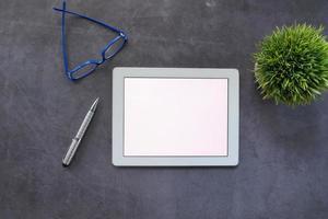 vista superior de la tableta digital en el escritorio
