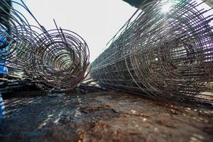 Rollos de malla de alambre en el sitio de construcción. foto
