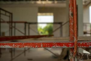 Primer plano de barras de acero en el andamio para trabajar a alto nivel en el sitio de construcción foto