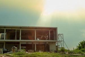 paisaje del sitio de construcción con la pila de material de construcción y cielo azul con sol. foto