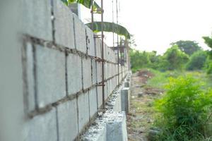 paisaje del sitio de construcción con muro de albañil de hormigón foto