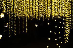 Textura abstracta y fondo de coloridas luces bokeh brillantes con fondo negro foto