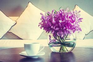 taza de café y flor de florero foto