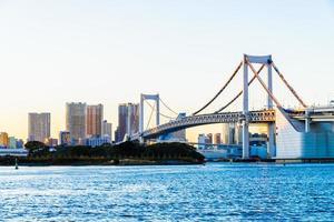 Puente del arco iris en la ciudad de Tokio en Japón foto