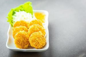 pastel de camarones fritos o bola con vegetales