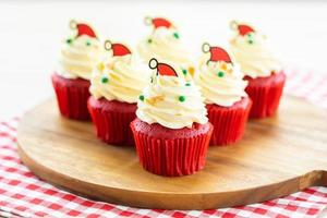 postre dulce con cupcake de terciopelo rojo foto