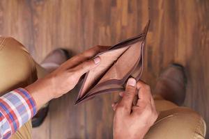 Abra la billetera vacía con espacio de copia foto