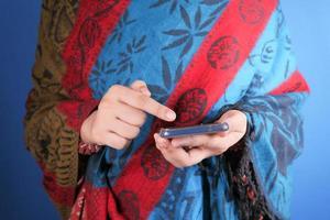 mujer sosteniendo un teléfono inteligente foto