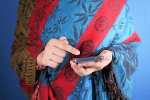 mujer sosteniendo un teléfono inteligente
