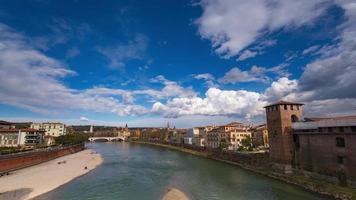 paysage de Vérone avec rivière adige et nuages