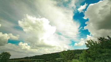 nuvens sobre as colinas e árvores em Valtrebbia video