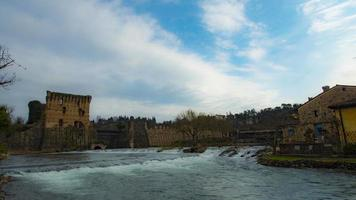 village médiéval sur la rivière de borghetto