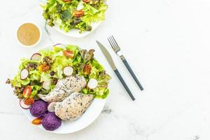Filete de carne de pechuga de pollo a la parrilla con verduras frescas