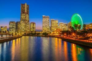Horizonte de la ciudad de Yokohama en el crepúsculo, Yokohama, Japón foto