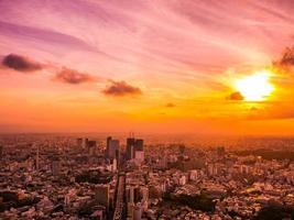 ciudad de tokio al atardecer foto