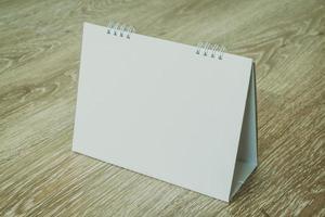calendario en blanco sobre fondo de madera