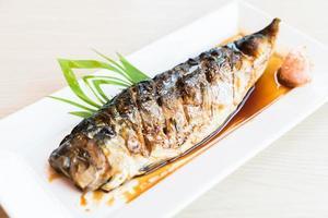 pescado saba a la plancha con salsa dulce negra