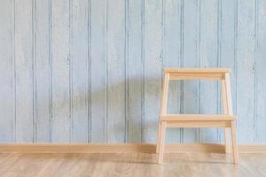 Silla de madera vintage sobre fondo de madera