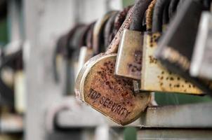 viejos candados en la valla foto
