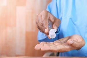 mano del hombre con desinfectante de manos foto