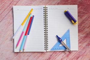 Vista superior de útiles escolares en la mesa con espacio de copia foto
