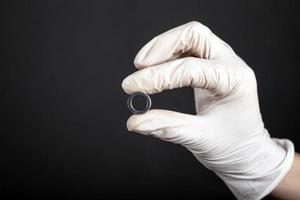 perforación del túnel en la mano, primer plano del accesorio del oído foto
