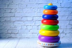 juguetes para bebés sobre fondo neutro foto