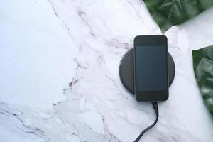 carga de teléfono inteligente con plataforma de carga inalámbrica foto