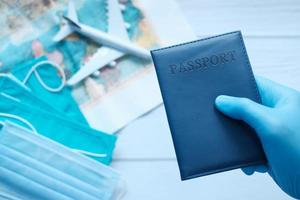 pasaporte en mano, concepto de viaje foto