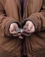 Concepto de mendigo, manos extendidas de una persona sin hogar pidiendo ayuda foto