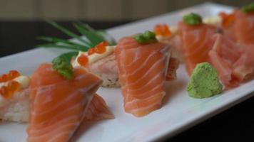 rolo de sushi de salmão japonês video