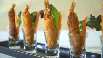 Cóctel de gambas fritas rebozadas en vidrio