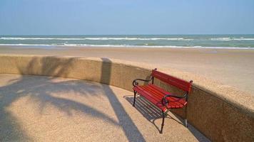 banco vazio na praia video