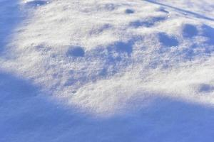 superficie nevada en invierno con sombras en la noche foto
