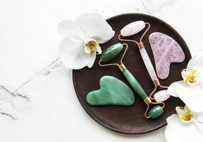 rodillos faciales de jade para la terapia de masaje facial de belleza foto