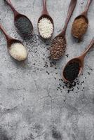 cucharas de madera con diversas semillas y especias saludables