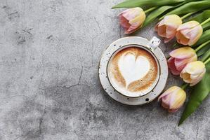 tulipanes de primavera y taza de café foto