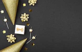 Fondo de cumpleaños gris y dorado con espacio de copia foto