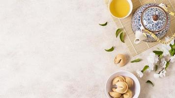 concepto de año nuevo chino con tetera y galletas de la fortuna foto
