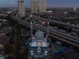 bekasi, indonesia 2021- vista panorámica de la mezquita del centro al-azhar foto