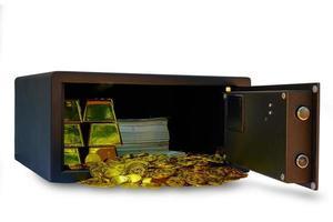 Caja fuerte llena de dinero en efectivo y oro sobre fondo blanco. foto