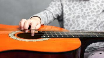 niña y guitarra acústica foto