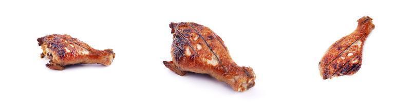 Panorama de muslos de pollo frito a la parrilla sobre un fondo blanco. foto