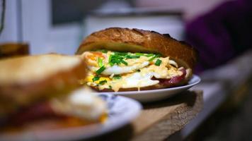 sándwiches calientes caseros con huevo, queso y cebolla verde foto