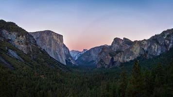 Parque Nacional de Yosemite durante la puesta de sol, California, EE. foto