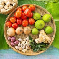 verduras de fondo de alimentos orgánicos en la bandeja de madera. foto