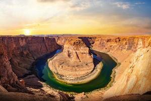 Vista panorámica de la curva de herradura al atardecer, el Parque Nacional Glen Canyon en Arizona, EE. foto