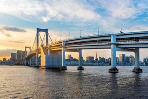 Vista panorámica del horizonte de Tokio en la bahía de Tokio al atardecer foto