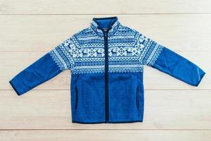 Hermoso abrigo o chaqueta de moda sobre fondo de madera foto