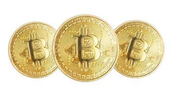 Tres monedas bitcoin doradas aisladas sobre fondo blanco. foto